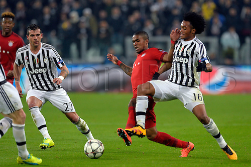23.02.2016. Turin, Italy. UEFA Champions League football. Juventus versus Bayern Munich.  Douglas Costa and Juan Cuadrado fight for the ball