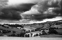 Campagna nei pressi di Cingoli (Macerata). Nuvole minacciose --- Countryside near Cingoli (Macerata). Threatening clouds