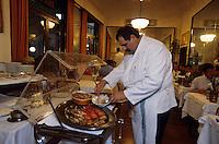 """Europe/Italie/Emilie-Romagne/Bologne : Restaurant """"Diana"""" via Independenza - Le service des antipasti [Non destiné à un usage publicitaire - Not intended for an advertising use]"""