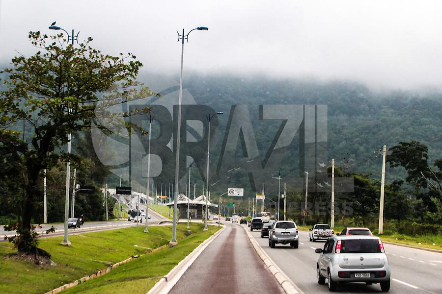 RIO DE JANEIRO; RJ; 01 DE JULHO 2013-  A segunda-feira (1º) começou com céu nublado e chuvas esparças na Zona Oeste, Recreio e Ilha de Guaratiba. Pouco movimento na linha BRT Transoeste que une Campo Grande e Santa Cruz com o Terminal Alvorada. FOTO: NÉSTOR J. BEREMBLUM - BRAZIL PHOTO PRESS.