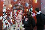 *BRAZIL ONLY* ATENÇÃO EDITOR, FOTO EMBARGADA PARA VEÍCULOS INTERNACIONAIS* wenn33543153   Fãs de David Bowie deixam flores e mensagens no Memorial Bowie Brixton, para relembrar o músico inglês no seu segundo aniversário de morte, neste domingo (7), em Londres. Foto: Wenn/Framephoto