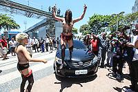 ATENCAO EDITOR: FOTO EMBARGADA PARA VEICULO INTERNACIONAL - RIO DE JANEIRO, RJ, 22 DE NOVEMBRO 2012 - PROTESTO FEMEN BRAZIL - Sara Winter (loira) e Anna (morena) ativistas do grupo Femen Brazil durante protesto contra turismo sexual no hotel Copacabana Palace na cidade do Rio de Janeiro na tarde desta quinta-feira. 22. FOTO: VANESSA CARVALHO - BRAZIL PHOTO PRESS.
