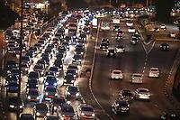 SÃO PAULO,SP, 19.07.2016 - TRÂNSITO-SP - Motoristas enfrentam trânsito no sentido leste do Viaduto Júlio de Mesquita Filho (corredor Leste-Oeste), no bairro da Bela Vista, na região central da cidade de São Paulo, nesta terça-feira, 19. (Foto: Vanessa Carvalho/Brazil Photo Press)