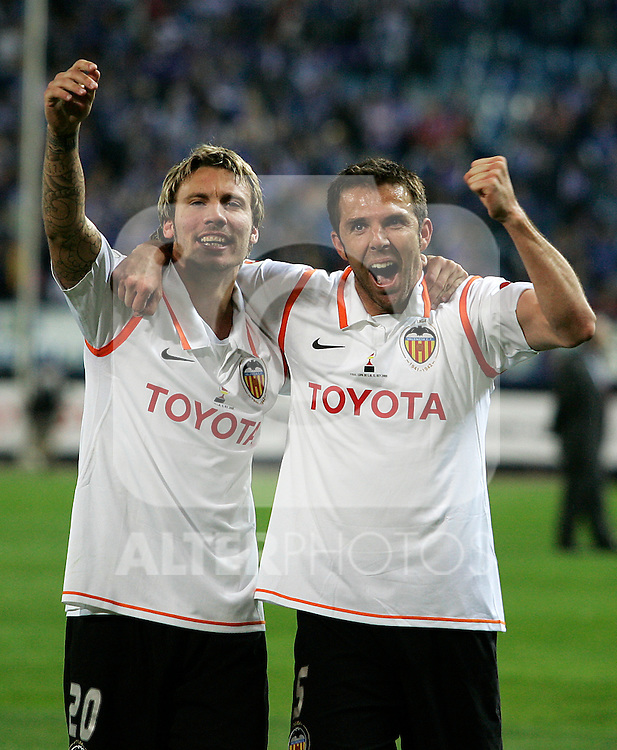 Valencia's Alexis Ruano (l) and Carlos Marchena (r) celebrate the victory after the Spanish King's Cup Final match. April 16 2008. .(ALTERPHOTOS/Acero).