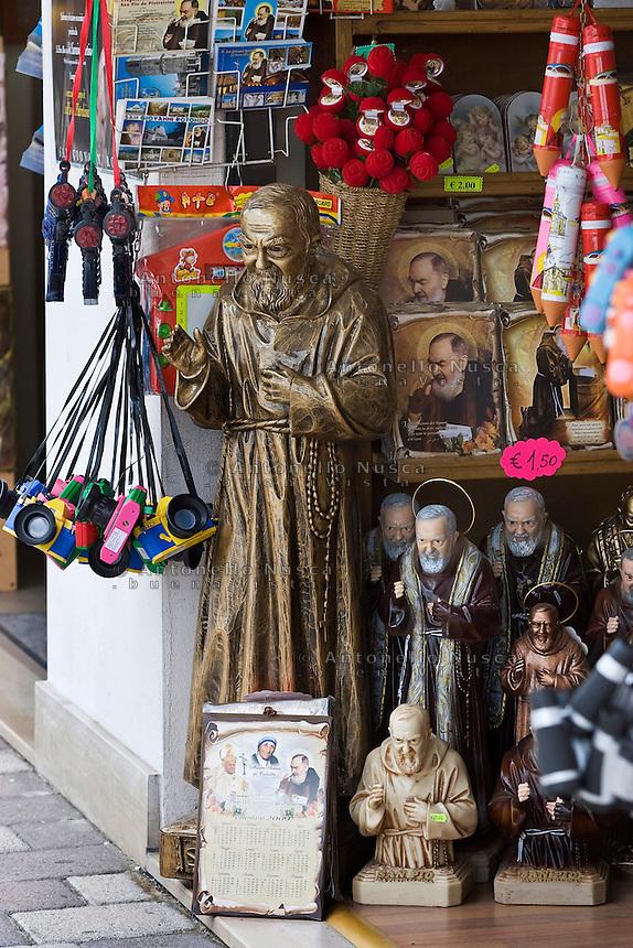 Gadget di Padre Pio in vendita nelle bancarelle di San Giovanni Rotondo in occasione dell'ostensione del corpo di Padre Pio.<br /> Gadget for sale at the market in San Giovanni Rotondo for the Exposition of the body of Padre Pio