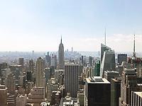 """Blick von der Aussichtsplattform des Rockefeller Center """"Top of the Rock"""" in New York auf das Empire State Building - 11.04.2018: Sightseeing in New York"""