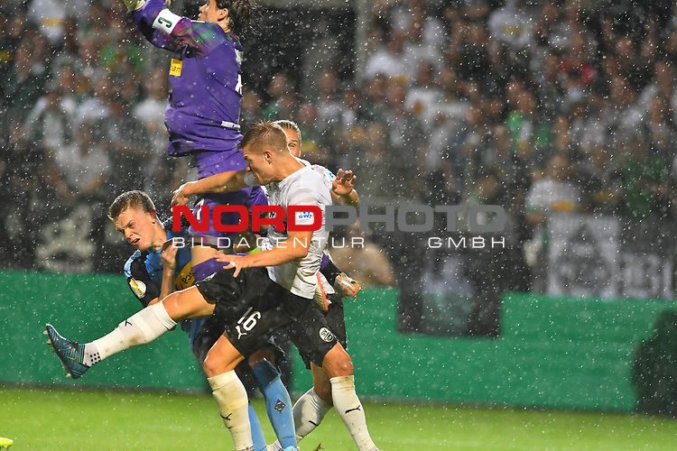09.08.2019, BWT-Stadion am Hardtwald, Sandhausen, GER, DFB Pokal, 1. Runde, SV Sandhausen vs. Borussia Moenchengladbach, <br /> <br /> DFL REGULATIONS PROHIBIT ANY USE OF PHOTOGRAPHS AS IMAGE SEQUENCES AND/OR QUASI-VIDEO.<br /> <br /> im Bild: Matthias Ginter (Borussia Moenchengladbach #28) wird vom Knie von Yann Sommer (#1, Borussia Moenchengladbach) getroffen und muss behandelt werden<br /> <br /> Foto © nordphoto / Fabisch