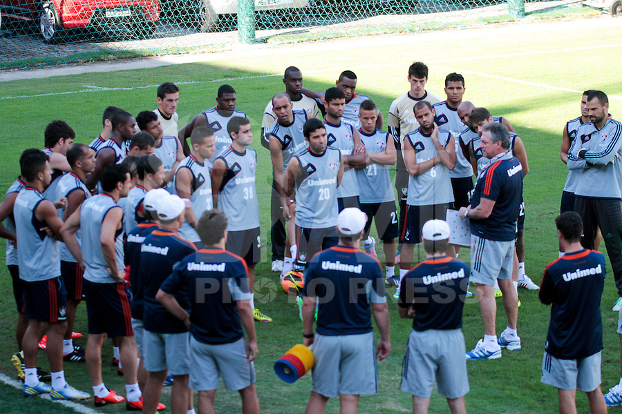 RIO DE JANEIRO; RJ; 18 DE JULHO 2013-  A equipe do Fluminense treinou nesta quinta-feira nas Laranjeiras se preparando para o clássico contra o Vasco do próximo domingo na volta do time tricolor ao Maracanã. O treinador Abel Braga fala com o elenco. FOTO: NÉSTOR J. BEREMBLUM - BRAZIL PHOTO PRESS.