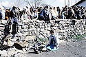 Turquie 1991.Les réfugiés kurdes sur la frontière: foule attendant une distribution de nourriture.Turkey 19991.Kurdish refugees on the border: crowd queueing for food