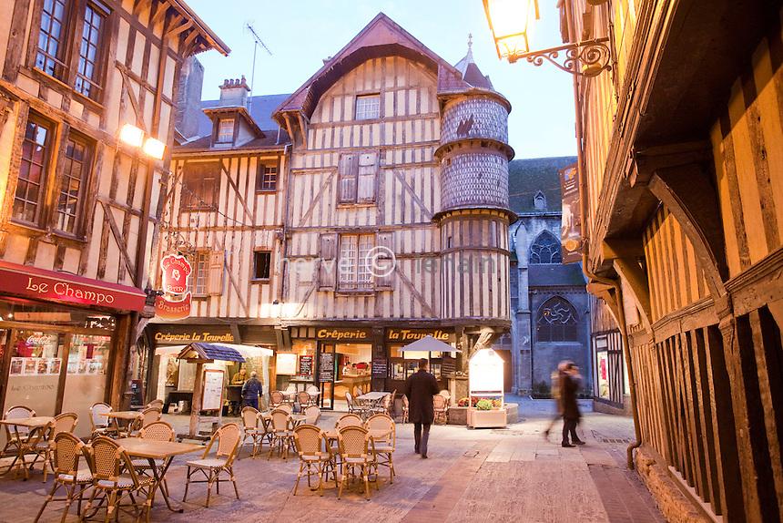 France, Aude (10), Troye, la vielle ville médiévale vers la rue Molé le soir  // France, Aude, Troye, the old medieval city near the street Mole at night