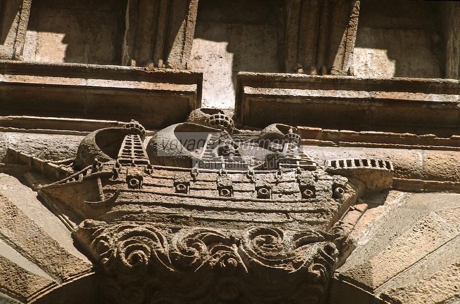 France/17/Charente Maritime/La Rochelle: Hotel de ville, porte des Echevins rue des gentils hommes - Bateau célébrant le passé naval de la ville à l'époque moderne