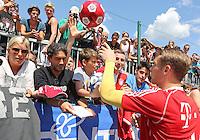 ARCO, ITALIA, 05.07.2013 - TREINO BAYERN DE MUNIQUE - Manuel Neuer atende fãs após treino do Bayern de Munique (Alemanha), a equipe realiza pré temporada na Italia, nesta sexta-feira, 05. (Foto: Pixathlon / Brazil Photo Press).