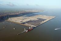 Jade Weser Port: EUROPA, DEUTSCHLAND, NIEDERSACHSEN, WILHELMSHAVEN  (EUROPE, GERMANY), 14.01.2012: JadeWeserPort ist der Name für einen in Bau befindlichen Hafen mit Containerterminal in Wilhelmshaven. Der von den Laendern Bremen und Niedersachsen am Jadefahrwasser gebaute Hafen soll am 5. August 2012 offiziell in Betrieb gehen.