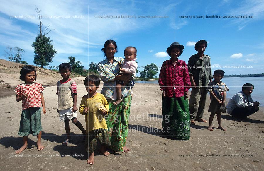 CAMBODIA Mekong River, portrait of family at shore / KAMBODSCHA Mekong Fluss, Portraet einer Familie am Ufer