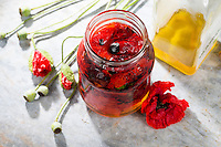 Mohnblüten, Ölauszug, Mohnöl, Mohnblütenöl, Mohnblüten-Öl, Heilöl, Hautöl, Auszug aus Mohnblüten in Olivenöl, Klatsch-Mohn, Klatschmohn, Mohn, Papaver rhoeas, Corn Poppy, Field Poppy, flowers, blossoms in olive oil