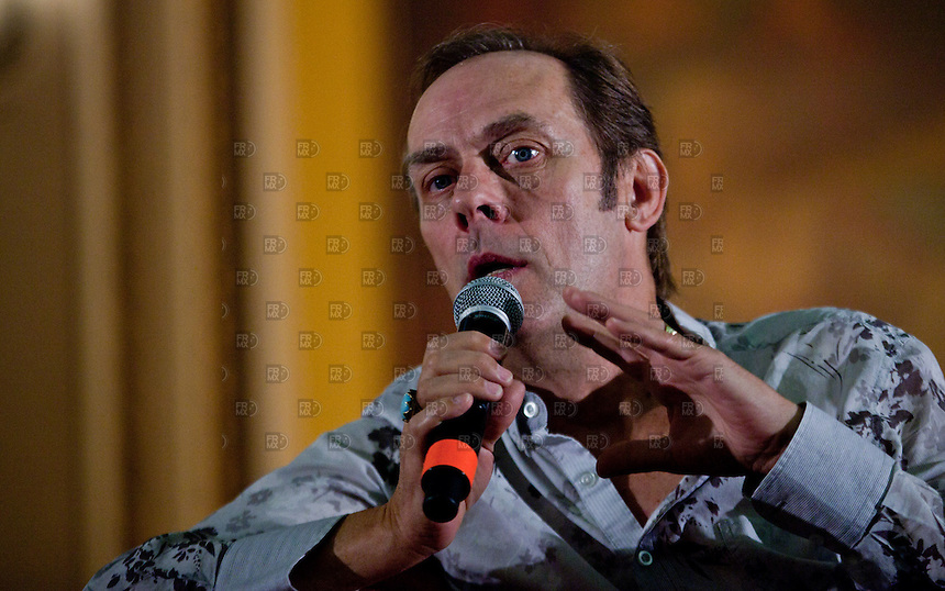 CIUDAD DE M&Eacute;XICO, DF. Agosto 06, 2013.- El cantante britanico, Peter Murphy, en conferencia de prensa en el Teatro Metrop&oacute;litan de la Ciudad de M&eacute;xico. Donde celebrar&aacute; 35 a&ntilde;os de su antigua banda Bauhaus.     FOTO: ALEJANDRO MEL&Eacute;NDEZ<br /> <br /> MEXICO CITY, DF. August 6, 2013.- British singer Peter Murphy, at a press conference at the Teatro Metropolitan Mexico City. Where to celebrate 35 years of his old band Bauhaus. PHOTO: ALEJANDRO MELENDEZ