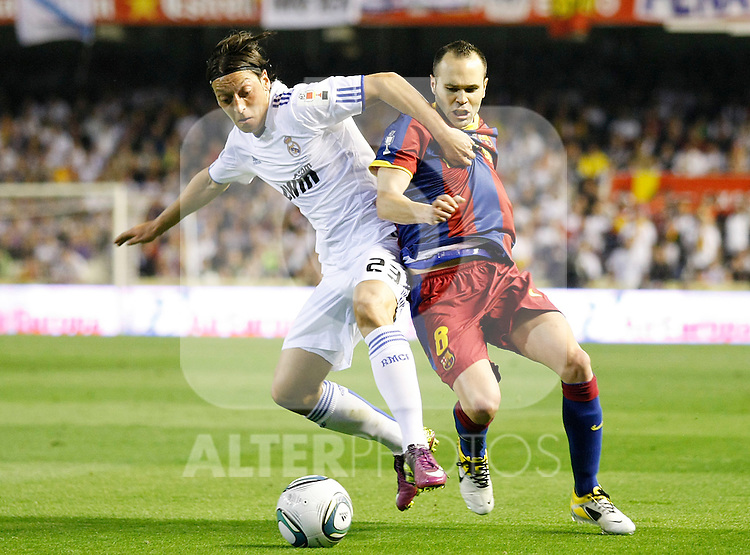 FC Barcelona's Andres Iniesta (r) and Real Madrid's Mesut Ozil (l) during King's Cup 2001 Final match.April 20,2011. (ALTERPHOTOS/Acero)