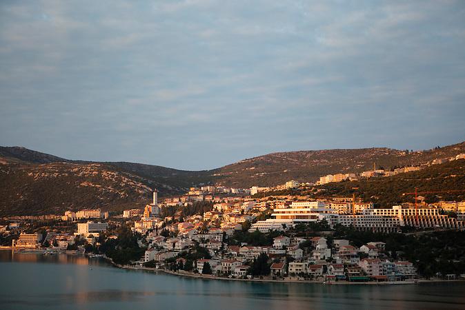 Sonnenuntergang über Neum / Sunset in Neum<br />Der kleine Ort Neum liegt in Bosnien-Herzegovina und bildet den einzigen Zugang zum Meer des Balkanlandes. Auf einer Länge von 9 km durchschneidet der Ort das kroatische Staatsgebiet (Neum-Korridor) Seit dem EU-Beitritt Kroatiens ist Neum auf beiden Seiten von EU-Außengrenzen eingeschlossen. / The small city of Neum in Bosnia and Herzegovina is the only place in Bosnia, where the country has access to the adriatic sea. Over a length of 9 kilometers the area cuts Croatian territory in two pieces. Since Croatia became part of the European Union, the city of Neum is enclosed between two EU-boarders.