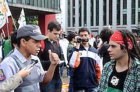 SAO PAULO, 19 DE MAIO DE 2012 - MARCHA DA MACONHA SP - Manifestantes durante ato Marcha da Maconha, que visa outra politica de drogas, no vao livre do masp, avenida paulista, na tarde deste sabado. Poalicial alerta manifestantes sobre o uso da substancia durante a manifestacao. FOTO: ALEXANDRE MOREIRA - BRAZIL PHOTO PRESS