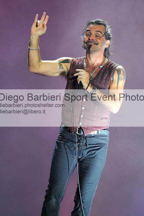 (KIKA) - TORINO, 29/06/2012 - Piero Pelù, cantante dei Litfiba si esibisce sul palco degli MTV Days in piazza Castello a Torino, il 29 giugno 2012.