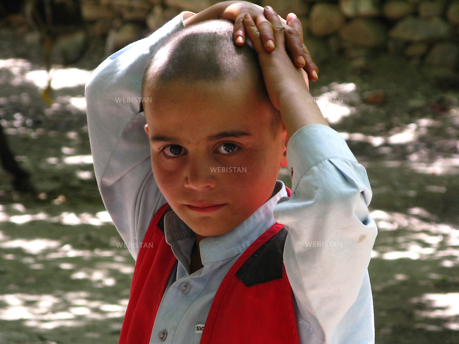 AFGHANISTAN - VALLEE DU PANJSHIR - POSHGHOUR - 15 aout 2009 : jeune garcon dans une rue du village de Poshghour...AFGHANISTAN - PANJSHIR VALLEY - POSHGHOUR - August 15th, 2009 : Portrait of a boy on a street in the village of Poshghour.