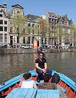 Nederland -  Amsterdam -  april 2019.    Foto mag niet in negatieve / schadelijke contect gepubliceerd worden.  Rederij Lampedusa. Rondvaart door Amsterdam. In 2015 zijn van het Italiaanse eiland Lampedusa een tweetal door vluchtelingen achtergelaten boten opgepikt en naar Amsterdam gebracht. Met als doel om daarmee de meest kleurrijke rederij van de stad op te richten. De bemanning is een gemêleerd gezelschap met roots in Syrië, Somalië, Eritrea, Egypte en Nederland. Tijdens de grachtentour op de Hedir worden verhalen gedeeld van immigranten uit het heden én verleden. Daarnaast kan men twee keer per maand meevaren met het vlaggenschip de Alhadj Djumaa, vrij vertaald vanuit het Arabisch Meneer Vrijdag. Vanaf Mediamatic vaart men naar het IJ om samen te eten, drinken en elkaar te ontmoeten. Vrijwel altijd in het gezelschap van een verhalenverteller, muzikant of theatermaker.   Foto Berlinda van Dam / Hollandse Hoogte