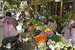Africa, Afrika, Senegal, 17-09-2011, Dakar, Dakkar, Straatbeeld, markten langs de kant van de weg, sloppenwijk, bus vervoer, drukte, kleurrijk, marche Kermel, de overdekte markt van Dakar.. foto: michael Kooren/HH