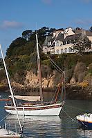Europe/France/Bretagne/35/Ille-et-Vilaine/Saint-Malo/ Vieux gréement au port de Saint-Servan et villas sur la côte rocheuse