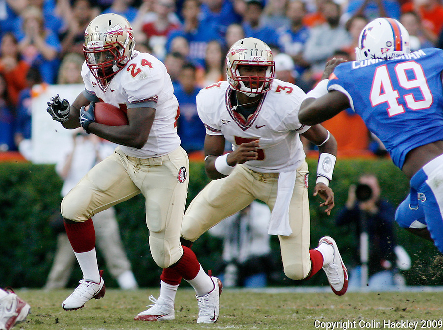 GAINESVILLE, FL 11/28/09-FSU-UF FB09 CH08-Florida State's Lonnie Pryor heads down field after getting the ball from EJ Manuel, right, as Florida's Brandon Jenkins closes during first half action Saturday at Florida Field in Gainesville. .COLIN HACKLEY PHOTO