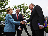 Bundeskanzlerin Angela Merkel (CDU) kommt an und wird vom Merck Vorstandstandsvorsitzenden Stefan Oschmann begrüßt - 03.05.2018: Festakt zu 350 Jahre Merck in Darmstadt mit Bundeskanzlerin Angela Merkel