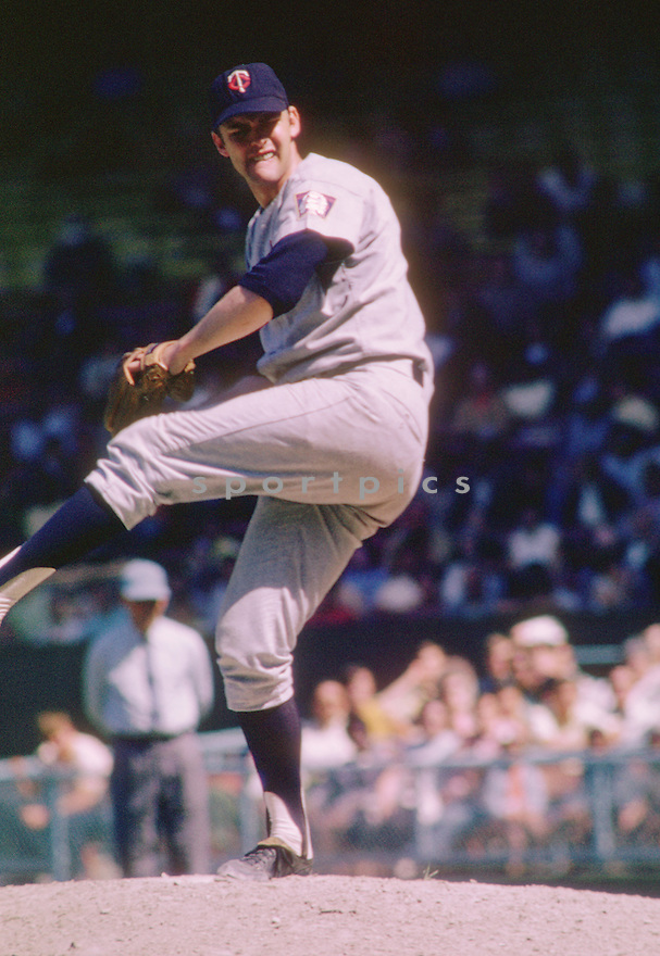 Minnesota Twins Dean Chance (32) during a game from his 1968 season with the Minnesota Twins. Dean Chance played for 11 season, with 5 different teams, was a 2-time All-Star and won the Cy Young Award in 1964(SportPics)