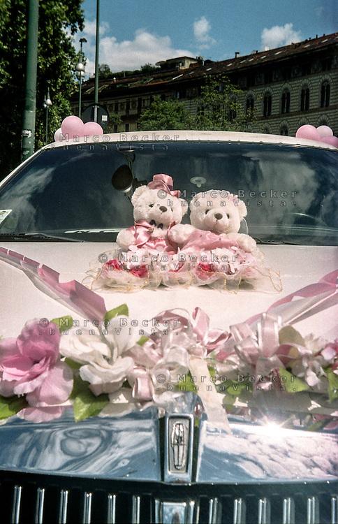 Milano, due orsacchiotti di peluche sul cofano di una limousine addobbata per un matrimonio cinese --- Milan, two teddy bears on the hood of a limo decorated for a chinese wedding
