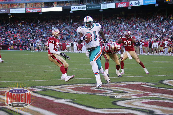 Randy McMichael scores a touchdown. Football: Miami Dolphins vs San Francisco 49ers at Monster Park in San Francisco, CA on November 28, 2004. Photo by Brad Mangin.