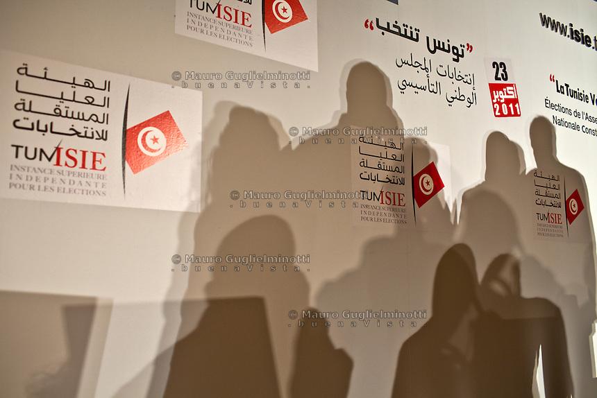23 ottobre 2011 Tunisi, elezioni libere per l'Assemblea Costituente, le prime della Primavera araba: simboli delle elezioni e ombre su un muro.<br /> Tunisie octobre <br /> tunisian elections october