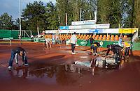 13-08-11, Tennis, Hillegom, Nationale Jeugd Kampioenschappen, NJK, Met man en macht gewerkt om de banen droog te krijgen
