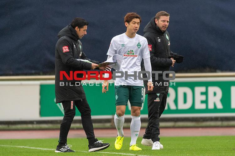 12.01.2020, Platz 11 am wohninvest Weserstadion, Bremen, GER, FSP SV WERDER BREMEN (GER)  vs Hannover 96<br /> <br /> im Bild / picture shows <br /> <br /> Ilia Gruev (Co-Trainer SV Werder Bremen)<br /> Yuya Osako (Werder Bremen #08)<br /> Florian Kohfeldt (Trainer SV Werder Bremen)<br /> taktische Anweisung<br /> Foto © nordphoto / Kokenge