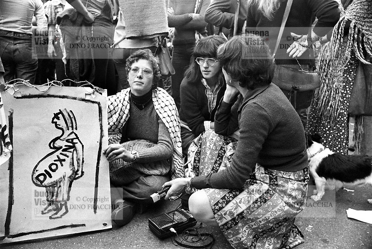 - women's manifestation for the abortion (Milan, 1977)....- manifestazione femminista per l'aborto (Milano,1977)