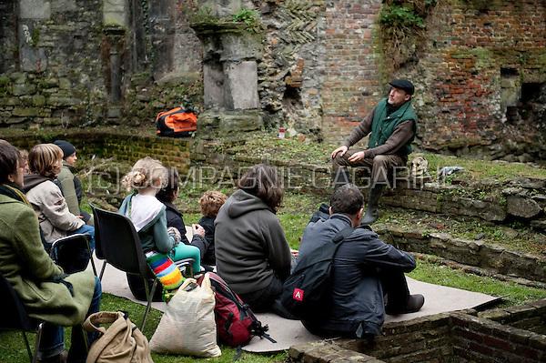 Story tellers inside the St Baafs abdij in Ghent during the national Landjuweel festival (Belgium, 02/11/2008)