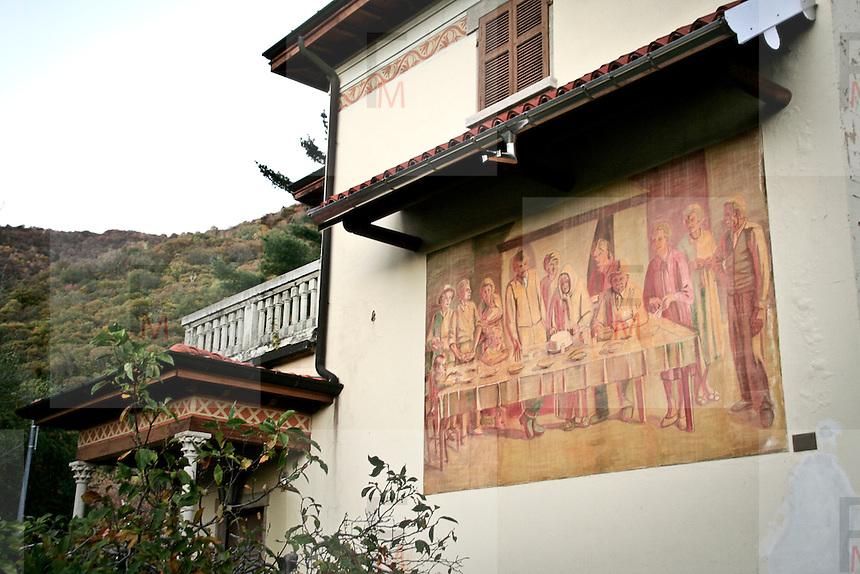 """Arcumeggia il paese dipinto in provincia di Varese. """"La  spertizione della polenta in famiglia"""" di Innocenzo Salvini 1971"""