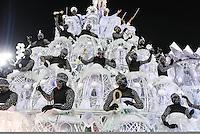 RIO DE JANEIRO, RJ, 11 FEVEREIRO 2013 - CARNAVAL RJ - UNIAO DA ILHA - Integrantes da escola de samba Uniao da Ilha  durante desfile no primeiro dia do Grupo Especial no Sambódromo Sapucai nna capital fluminense, na madrugada desta segunda 11. (FOTO: VANESSA CARVALHO - BRAZIL PHOTO PRESS).