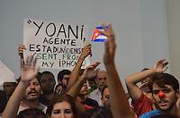 SAO PAULO, 21 DE FEVEREIRO DE 2013. - PROTESTO YOANI SANCHEZ - Manifestantes se reuniram em frente a Livraria Cultura contra a blogueira Yoani Sanchez, no inicio da noite desta quinta feira, 21, na Avenida Paulista. Yoani particIpa de um debate com blogueiros na Livraria. (FOTO: ALEXANDRE MOREIRA / BRAZIL PHOTO PRESS)