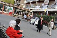 Roma, 23 Novembre 2011.Via Casal Boccone.Presidio di anziani , cittadini e lavoratori della Casa di riposo Roma 2 contro lo sgombero della struttura e il trasferimento degli anziani