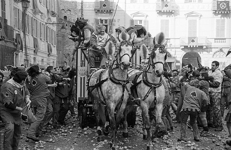 Storico Carnevale di Ivrea, Battaglia delle Arance. Un carro --- Historic Carnival of Ivrea, Battle of the Oranges. A wagon