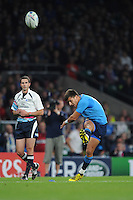 Tommaso Allan of Italy takes a penalty attempt during Match 5 of the Rugby World Cup 2015 between France and Italy - 19/09/2015 - Twickenham Stadium, London <br /> Mandatory Credit: Rob Munro/Stewart Communications