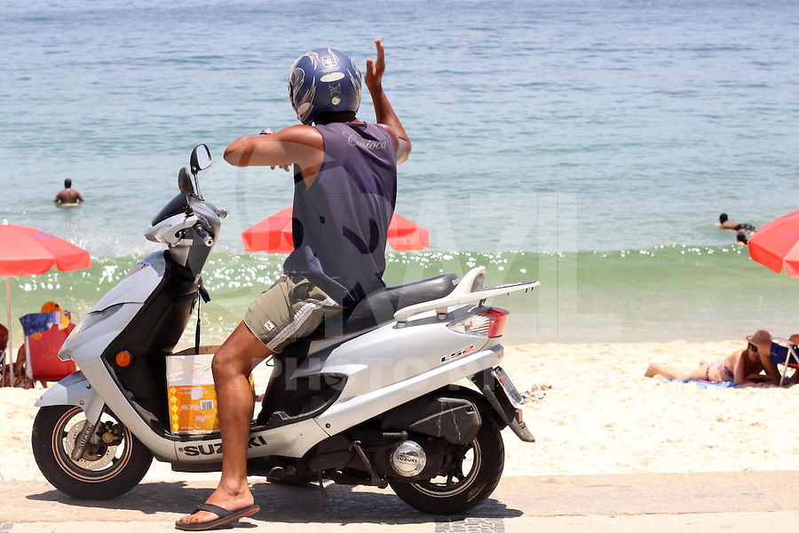 RIO DE JANEIRO,16 DE FEVEREIRO DE 2012- MOVIMENTAÇÃO NA  ORLA  CARIOCA.  Movimentação na  praia do Arpoador RJ.<br /> Local: Arpoador RJ<br /> Foto: Guto Maia / Brazil Photo Press