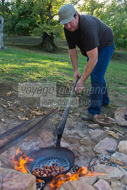 Europe/Provence-Alpes-Côte d'Azur/83/Var/Massif des Maures/Collobrières: Laurent Jartoux , castanéiculteur  Châtaigneraie Godissard prépare une castagnade - Châtaignes grillées<br /> AUTO N°: 2012-415