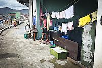 Toutes les fenêtres de l'astrodrôme ont été détruite par la puissance du syper typhon Haiyan. Lorsqu'il pleut, l'eau rentre à l'intérieur de la pièce où it la famille Versuza. Tacloban, Novembre 2013. VIRGINIE NGUYEN HOANG