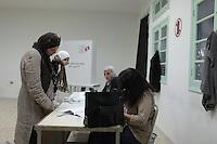 23 ottobre 2011 Tunisi, elezioni libere per l'Assemblea Costituente, le prime della Primavera araba: una donna col suo bambino attende svolge le formalità prima di votare.<br /> premieres elections libres en Tunisie octobre <br /> tunisian elections