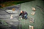 HOUTEN - In Houten zijn dakdekkers van HDO uit Heerjansdam bezig met de afbouw van het door bouwonderneming Van Bekkum gebouwde cultuurhuis Schoneveld. In opdracht van de gemeente ontwierp Van de Berg Architecten uit Houten een gebouw dat is geïnspireerd op de oorspronkelijke boerderijen uit de omgeving, en dat is opgebouwd uit een verzameling losse 'huisjes' die rondom een centrale ontmoetingsruimte liggen. Het dak is daarom niet vlak op simpelweg schuin maar verschilt in hoogte door de onderliggende functies van het gebouw. Onder dat ene dak komen ondermeer een bibliotheek, peuterspeelzalen, muziekleslokalen, een ruimte voor dans en algemene muzikale vorming, en kantoor- en vergaderruimtes. COPYRIGHT TON BORSBOOM