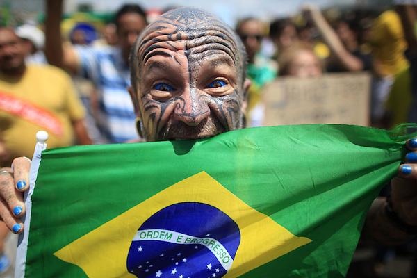 BRA500. BRASILIA (BRASIL), 15/03/2015.- Un hombre posa con una bandera de Brasil durante una manifestación contra la presidenta brasileña, Dilma Rousseff, hoy, domingo 15 de marzo de 2015, en la ciudad de Brasilia (Brasil). Cientos de miles de personas protestaron contra la presidenta Dilma Rousseff, en Brasilia, en el marco de una jornada de manifestaciones convocadas en decenas de ciudades de todo el país. La protesta de Brasilia comenzó a las 9.30 hora local (12.30 GMT) en la explanada de los ministerios y llegó hasta la frente del Congreso Nacional Brasileño, con la participación de grupos de ciudadanos opositores sin vínculo declarado con partidos políticos. Los manifestantes corearon consignas contra Rousseff y el oficialista Partido de los Trabajadores (PT) y en rechazo de la corrupción. EFE/Fernando Bizerra Jr.